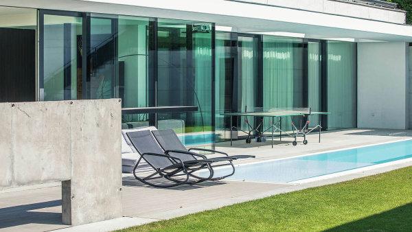 Materiálově se na stavbě uplatnila působivá kombinace bílého betonu a skla.