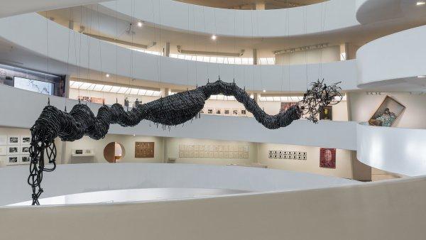 Dílo umělce Čchen Čena z částí dámských kol i dětských hraček je zavěšené u stropu newyorského muzea, známého svým točitým interiérem.