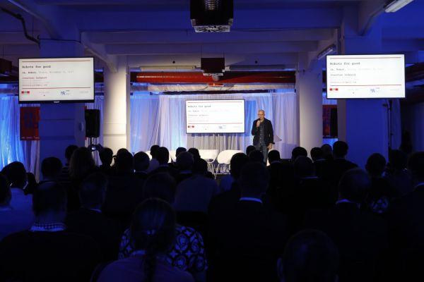 Konference o vývoji umělé inteligence budoucnosti robotů Já, robot (Na snímku je řečník, spisovatel a novinář Jonathan Ledgard).