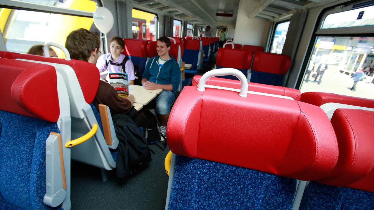 Studenti a senioři ušetří za vlaky a autobusy, rozhodla vláda.