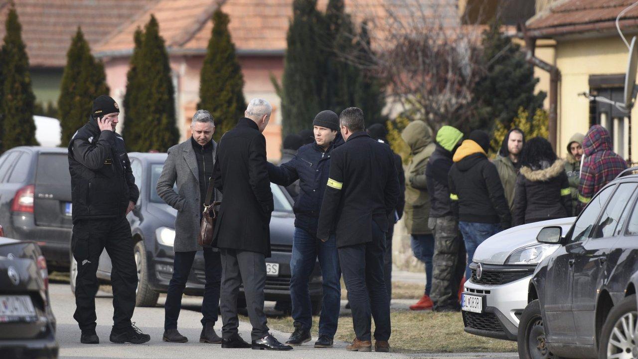 Vyšetřovatelé u domu Jána Kuciaka, který byl zavražděn společně se svojí snoubenkou.