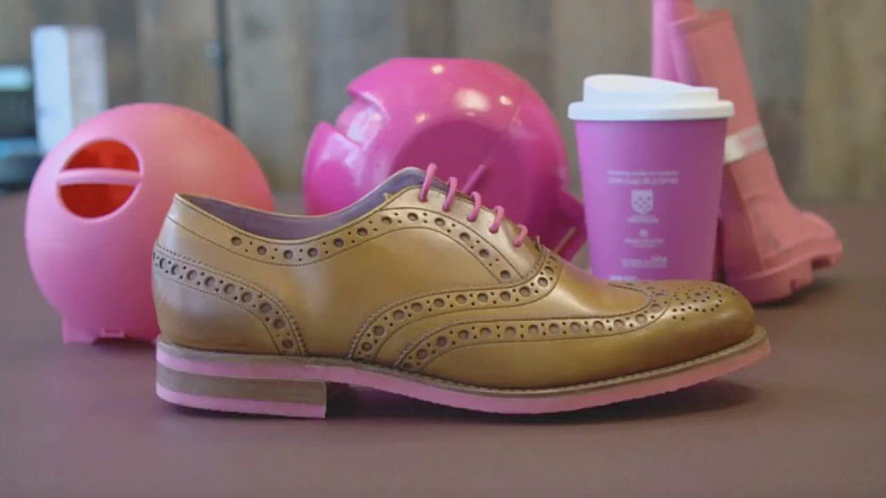 Z vyhozených žvýkaček vznikají hezké boty a kelímky na kávu