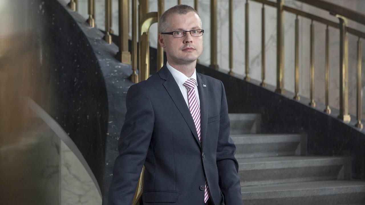 Vladimír Tomšík je členem bankovní rady České národní banky odroku 2006, odroku 2010 je viceguvernérem.
