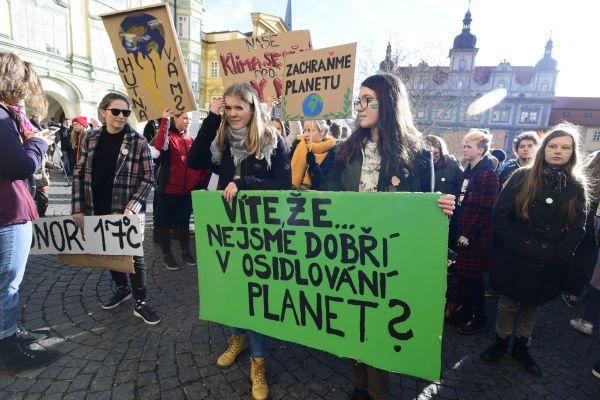 Stovky studentů protestují proti ignorování změn klimatu.