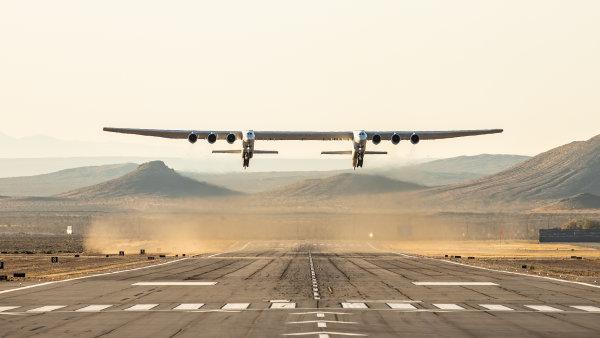 Letadlo Stratolaunch s rozpětím 117 metrů bude vypouštět rakety do vesmíru.