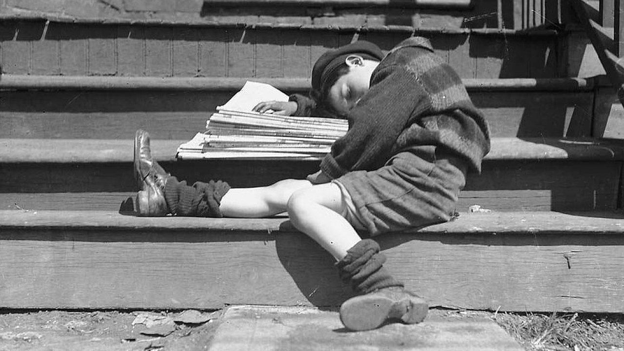 Chlapec a noviny.