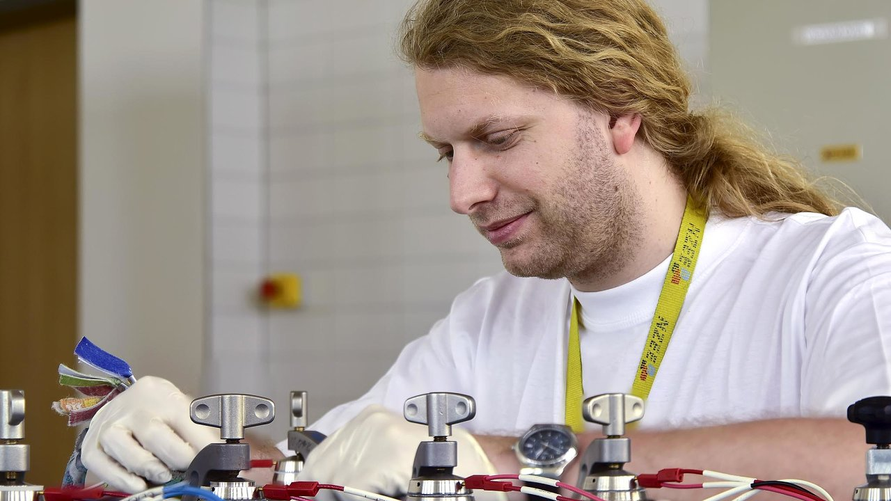 """Tomáš Kazda zÚstavu elektrotechnologií nabrněnském VUT pracuje navývoji lithium-sirné baterie. """"Lithium-síra je určitě kombinace budoucnosti,"""" říká."""