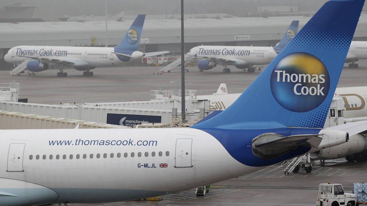 Letadla CK Thomas Cook na letišti v britském Manchesteru.