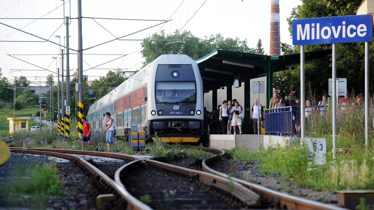 Po elektrifikaci v roce 2009 vyjely mezi středočeskými Milovicemi a Prahou přímé vlaky. Cestujícím proti starším motorovým vozům přináší větší komfort.