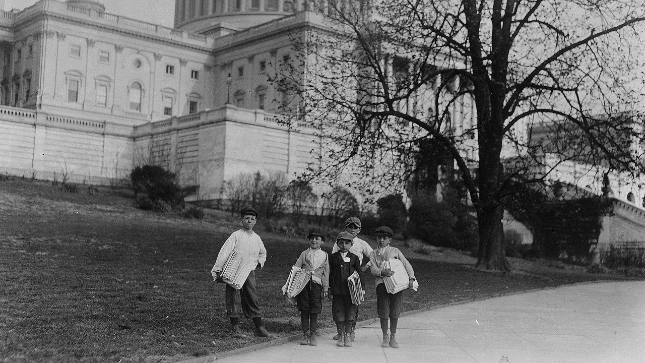 Malí prodavači novin před Kapitolem, Washington D.C., rok 1912.