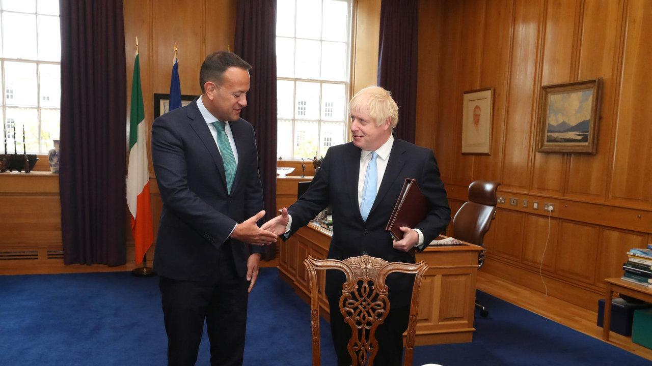 Ačkoli Boris Johnson (vpravo) na schůzku s irským premiérem Leem Varadkarem (vlevo) přinesl podle svých slov několik návrhů, jak zabránit brexitu bez dohody, průlom od jednání nečeká.