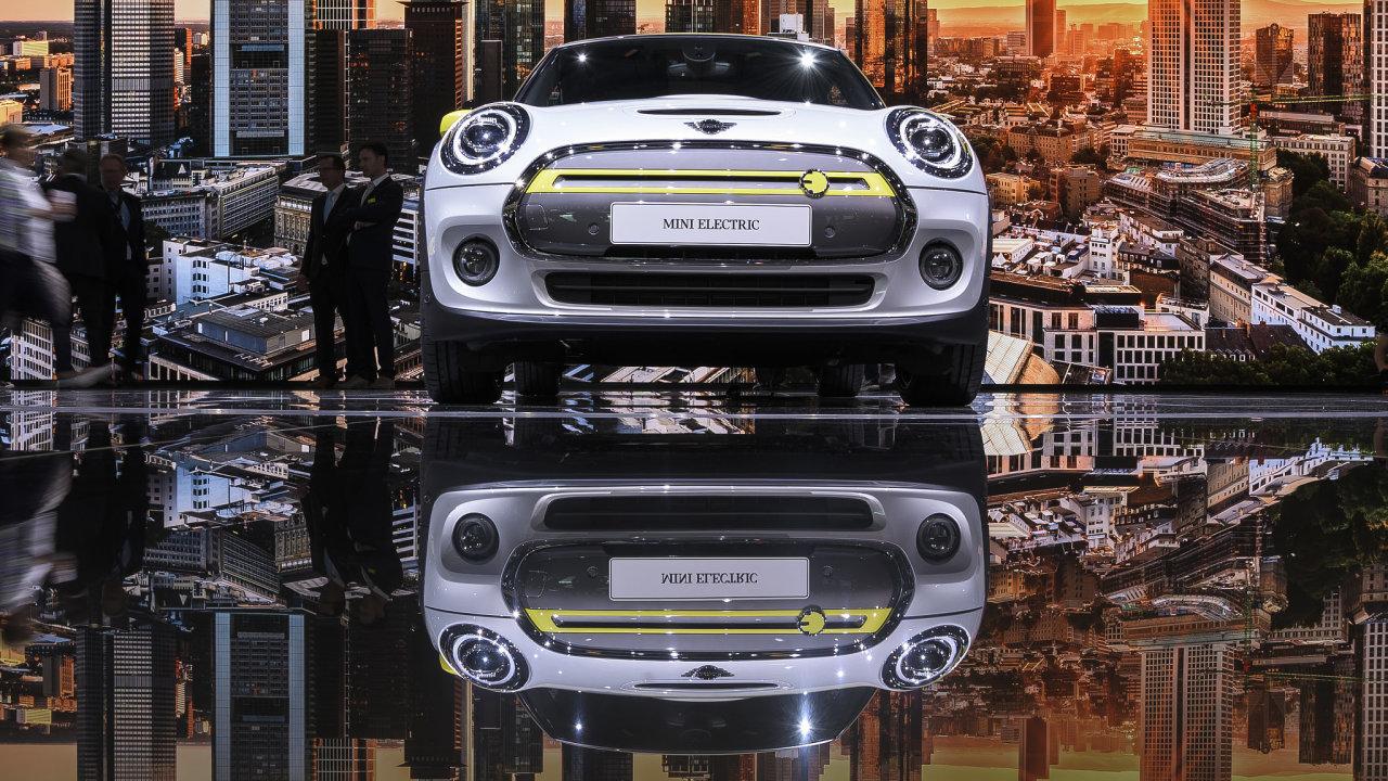 Autosalon Frankfurt se nese ve znamení elektromobility. Automobilky musí kvůli evropským emisním limitům přecházet ze spalovacích motorů na ekologičtější druhy pohonů.