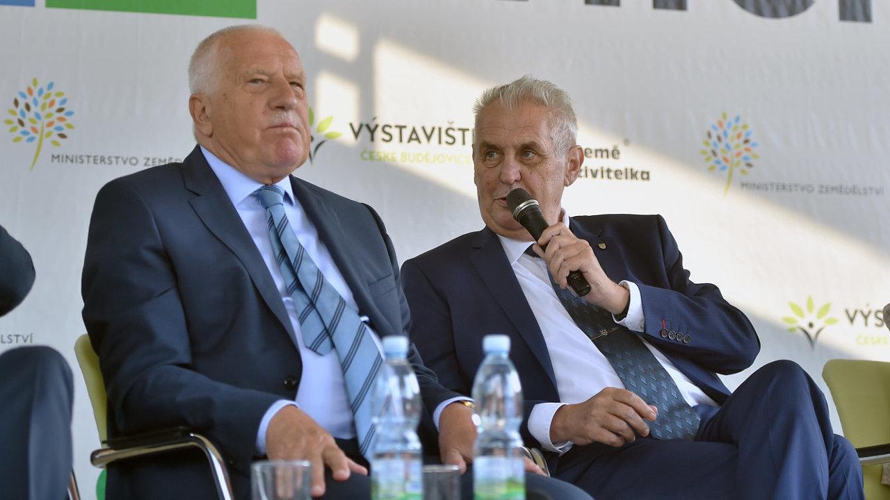 Prezident Miloš Zeman (vpravo) a jeho předchůdce ve funkci Václav Klaus na mezinárodním agrosalonu Země živitelka 2017.