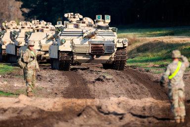 Cvičení se zúčastní také devět tisíc amerických vojáků, kteří již dnes v Evropě působí. Pět set vojáků americké armády s30tanky Abrams posílilo loni jednotky NATO vLitvě.