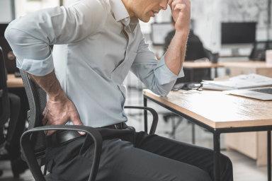Předseda Společnosti pracovního lékařství Milan Tuček říká, že nepřipadá vúvahu, že by naodškodnění zabolavá záda dosáhli lidé zkanceláří nebo řidiči.