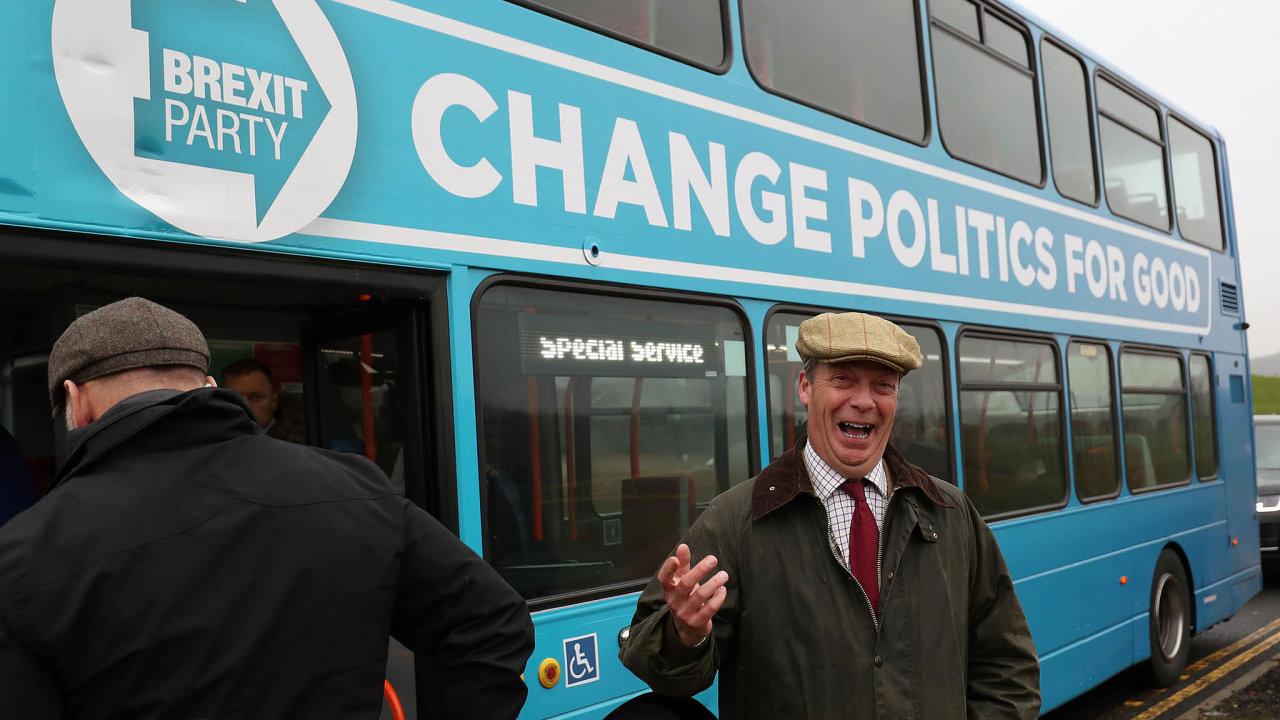 Plnou parou kporážce. Nigel Farage chtěl se svým doubledeckerem před volbami objet celou zemi. Nakonec ale jeho strana postavila kandidáty jen někde adoparlamentu se nejspíš nedostane.