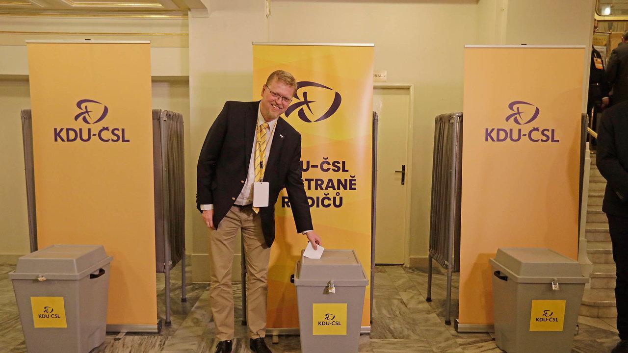 Bývalý předseda strany Pavel Bělobrádek (na snímku během hlasování) dokázala bavit celý sál, když se svými napůl vážnými anapůl žertovnými projevy opakovaně vystoupil napódiu.