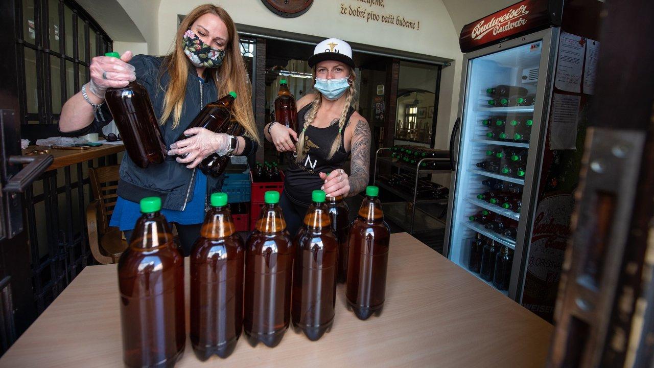 Vyhlášená českobudějovická restaurace Masné krámy v době uzavření podniku kvůli šíření koronaviru prodává stáčený kroužkovaný ležák v určených hodinách přes okénko v PET lahvích.