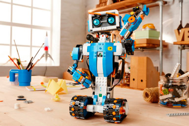 Programování s Legem. Děti si musí robota nejprve postavit zplastových kostiček apak jej s pomocí aplikace pro tablet nebo mobil naprogramovat k pohybu.