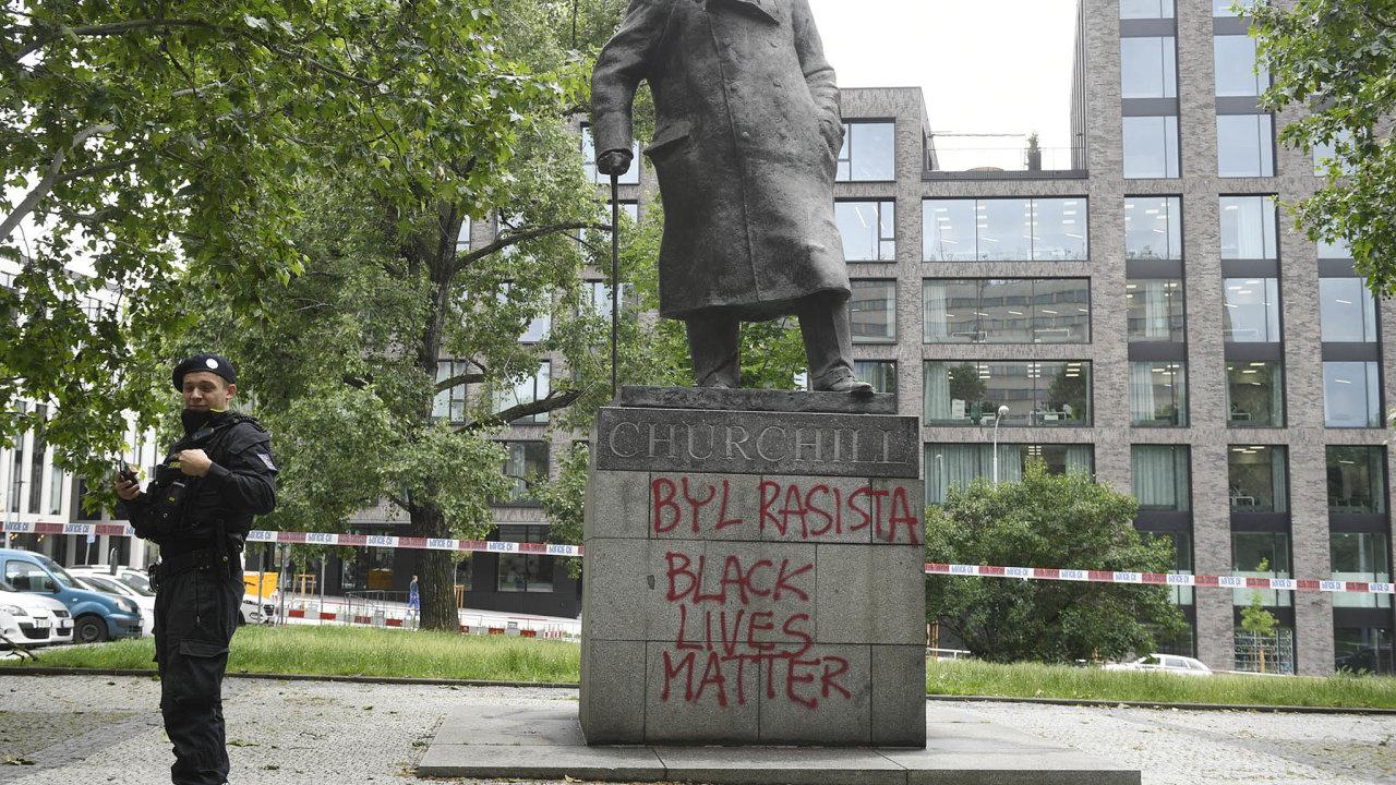 Vlna poškozování asprejování soch– zřejmě vsouvislosti se současnými protesty proti policejnímu násilí arasismu vUSA ijinde– dorazila idoČeska.