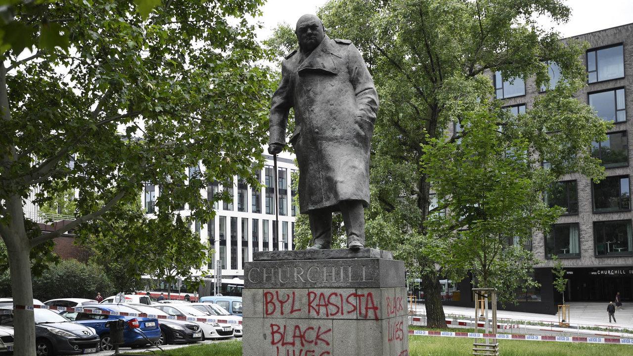 Socha, která unás ukázala naobojakost vnímání historie. Winston Churchill před budovou bývalé Ústřední rady odborů.