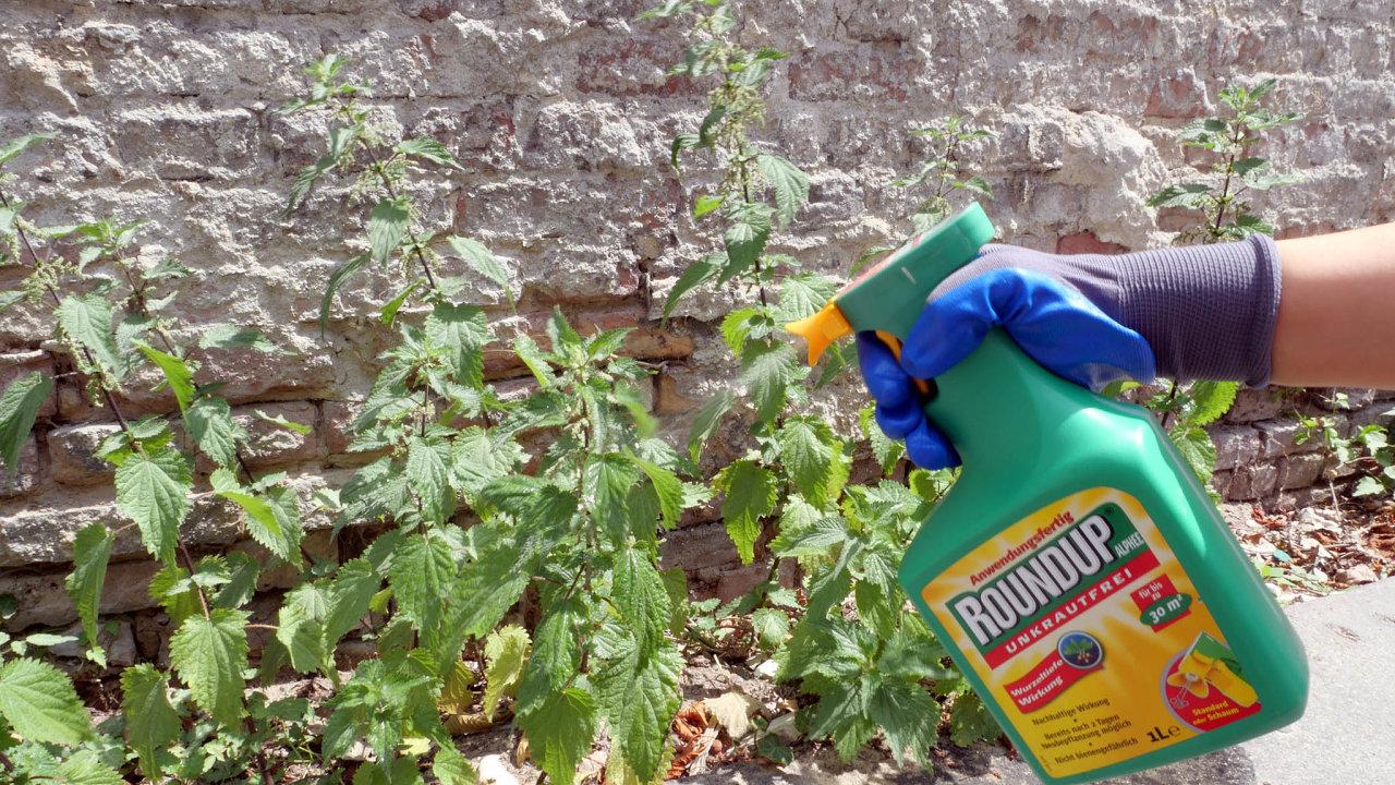 Miliardový glyfosát. Nákup společnosti Monsanto, výrobce přípravku nahubení plevele Roundup, se německému Bayeru řádně prodražil.