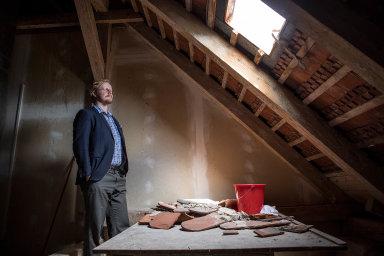 Bulovka. Martin Koníř marně čeká naopravu děravé střechy. Už si zvykl chytat dešťovou vodu dokýblů. Napočítačové technice vserverovně přitom závisí celá Bulovka. Nemocnice nemá žádnou záložní.