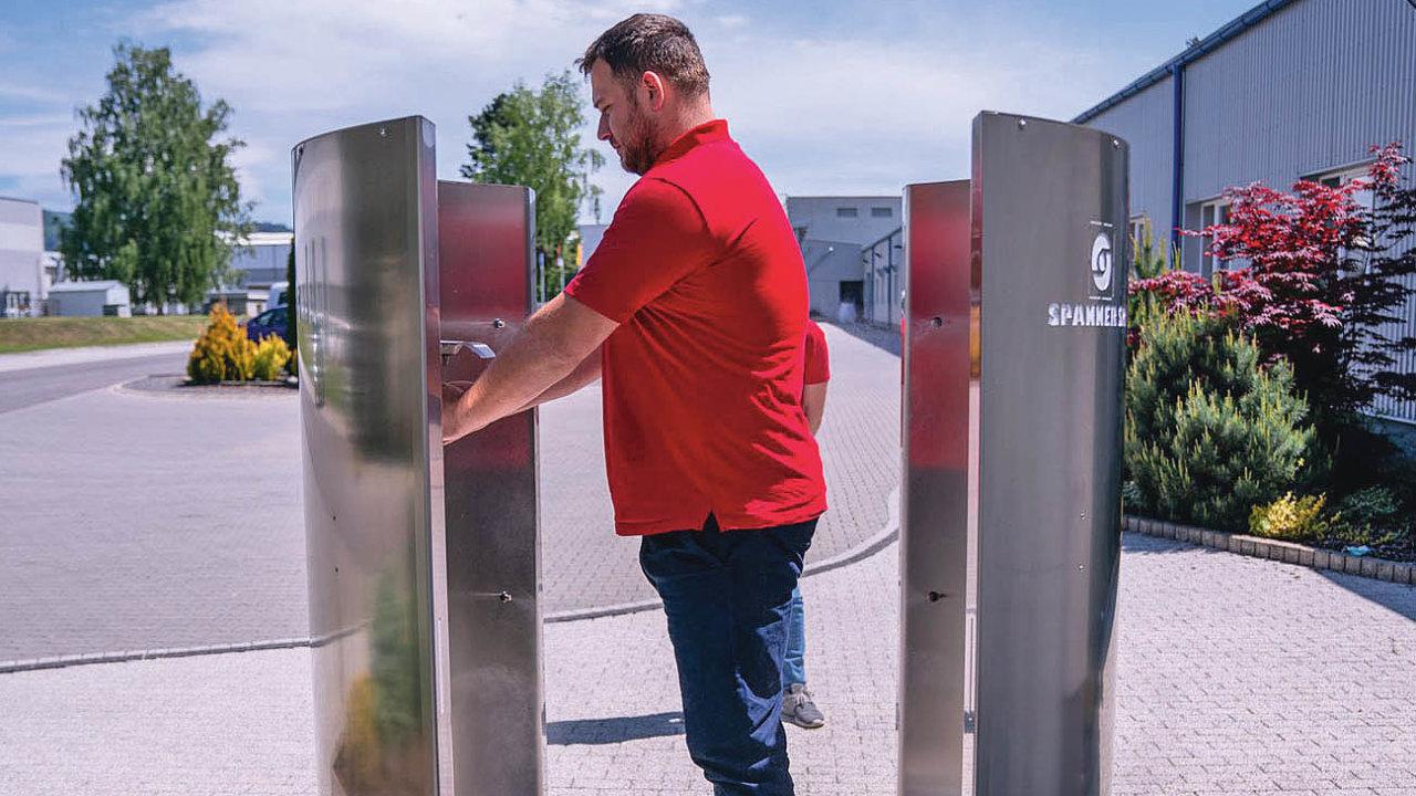 Zařízení slovenského výrobce na ilustračním snímku. Jedna tryska je určena k dezinfekci rukou.