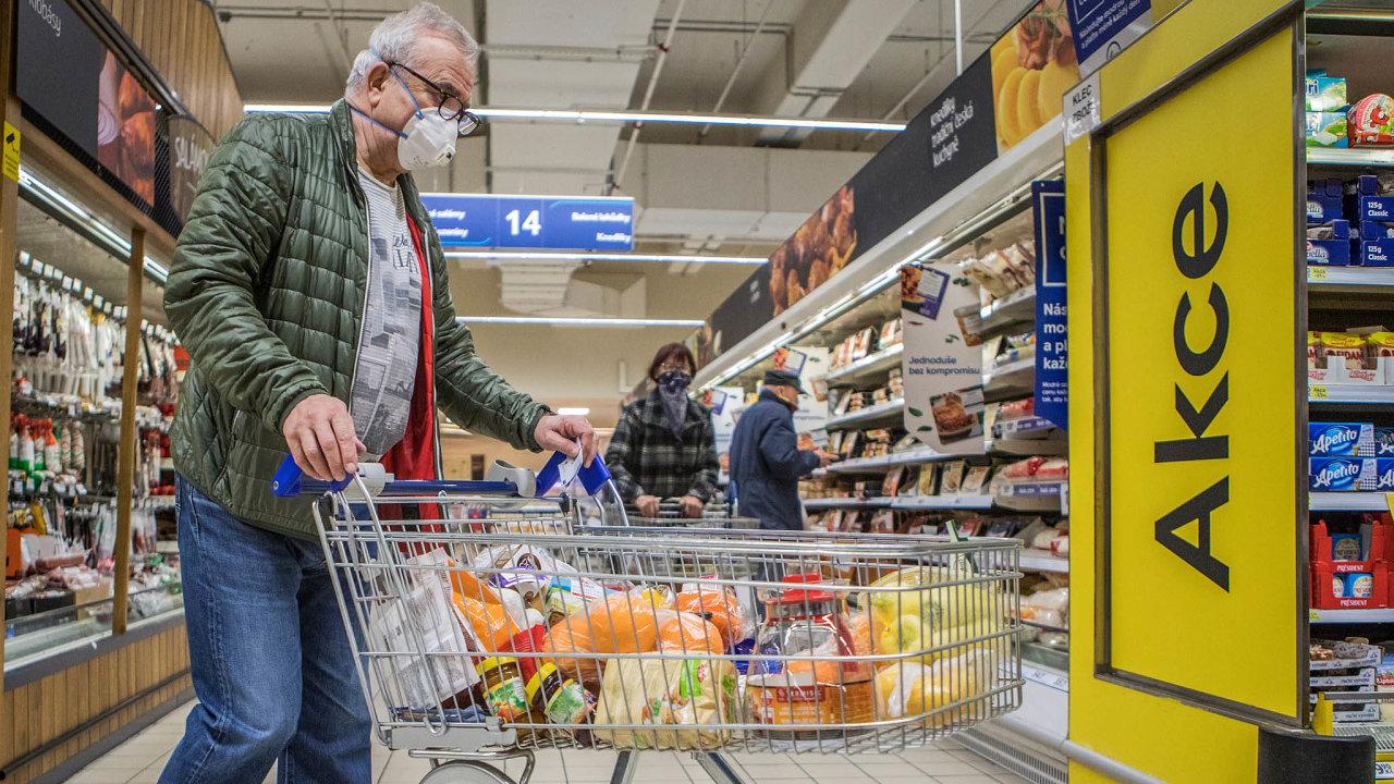 V regálech tuzemských obchodů je zhruba čtvrtina českých potravin, zbytek je ze zahraničí. Poslanci chtějí podíl domácí produkce v nabídce zvýšit a tím zlepšit soběstačnost Česka.