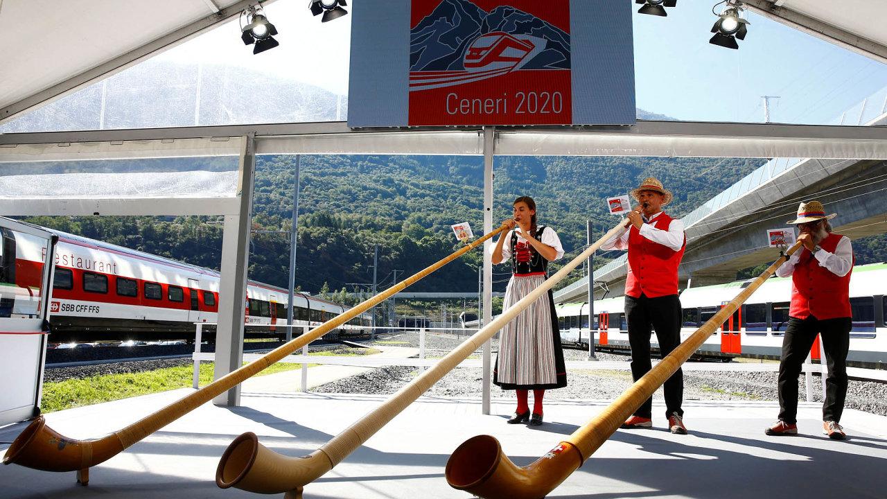 Slavnostní otevření tunelu zpestřili hráči na alpské rohy