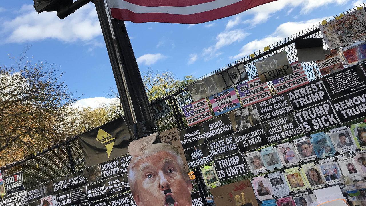 Vdemokratickém Washingtonu, nadohled odBílého domu, vidí jeho současného obyvatele Donalda Trumpa jako politika Hitlerova typu.