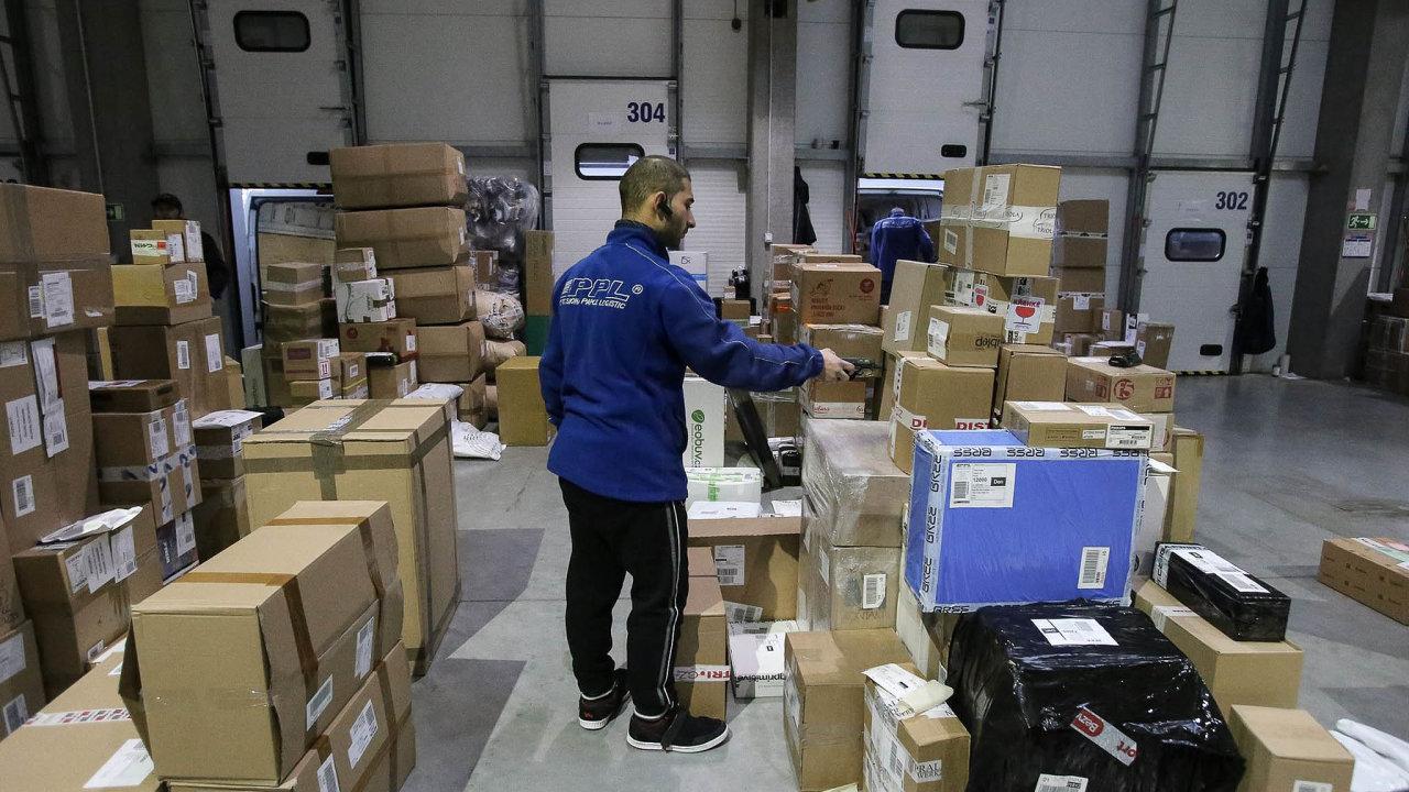 Přepravci nestíhají: Přepravní firmy jako PPL doručují část zásilek sezpožděním ojeden až tři dny kvůli vytížení sítě.