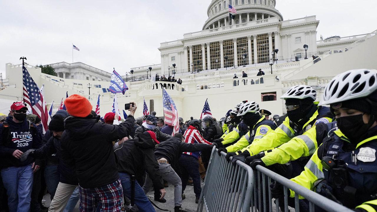 Několik tisíc demonstrantů překonalo zátarasy apopotyčkách spolicisty aochrannou službou se jim podařilo dostat dobudovy.