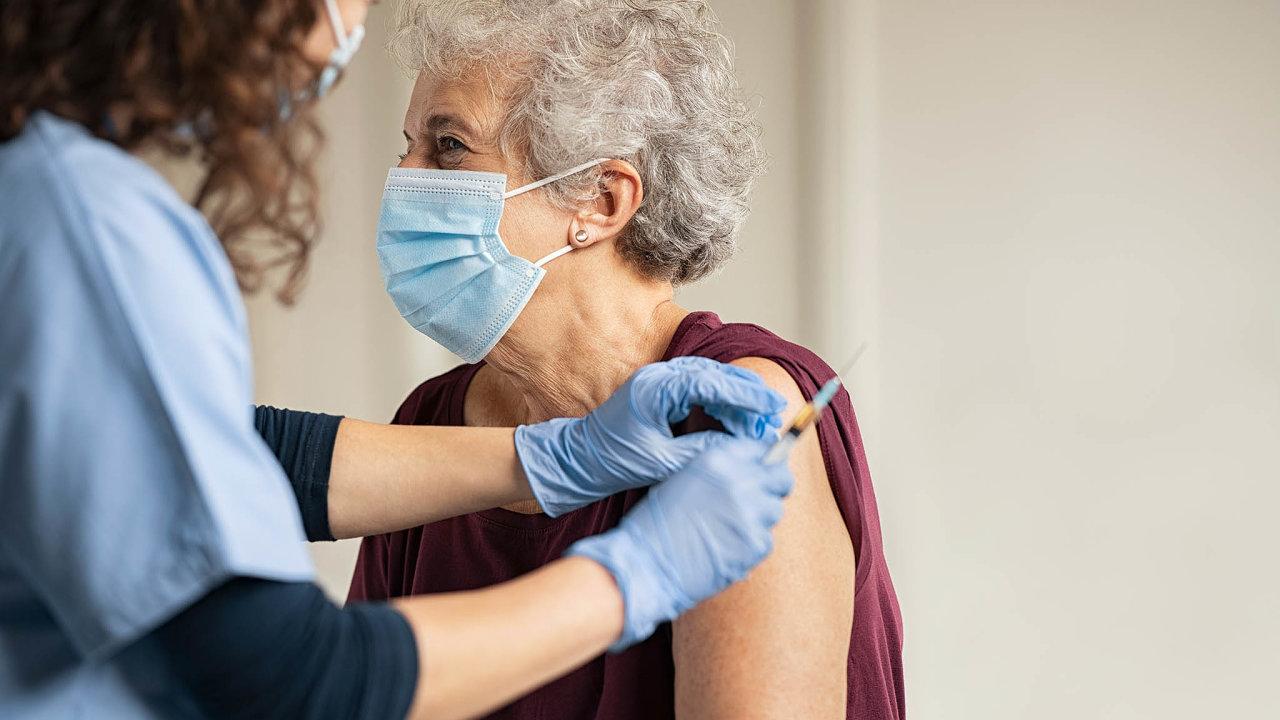 Zkušenosti zordinací isociologická data ale už nyní ukazují, že zásadní vliv mohou mít lékaři také nato, jestli jejich pacienti vůbec budou ochotní nechat si vakcínu aplikovat.