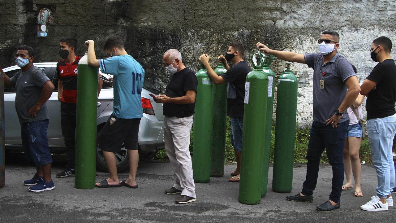 Město Manaus mnozí považují zasymbol nezvládnuté koronavirové pandemie vBrazílii. Tamní nemocnice nemají dostatek kyslíku apříbuzní pacientů ho musí shánět sami.