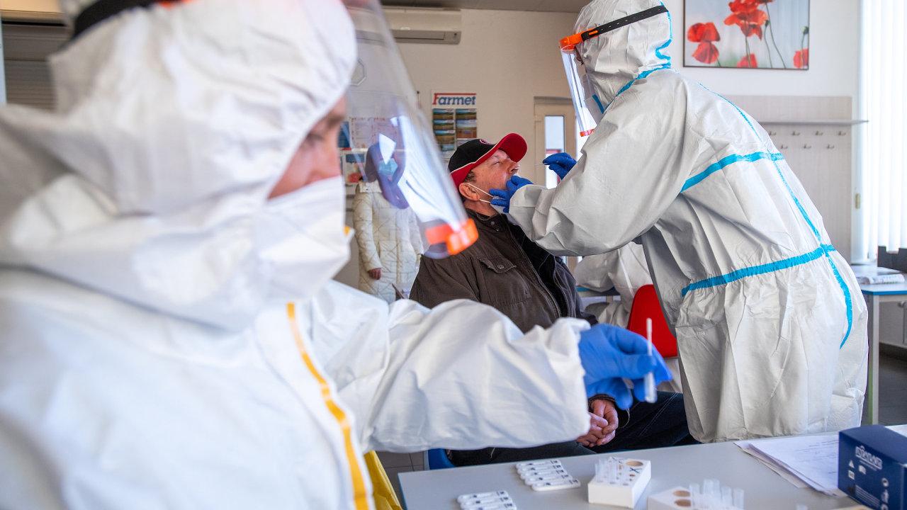 České firmy čeká povinně plošné testování zaměstnanců na koronavirus. Stát se tak snaží udržet průmysl v provozu.