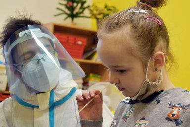 Správa státních hmotných rezerv vyhodnocuje nabídky antigenních testů do škol. Kdy se školy pro děti zase otevřou, není zatím jasné.