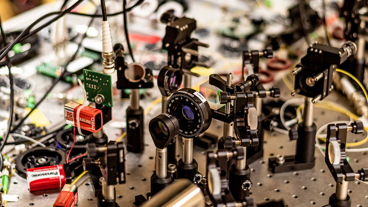 Modem od společnost Qphox umožňuje kvantovým počítačům komunikovat mezi sebou. Podle některých vědců i napříč paralelními vesmíry.