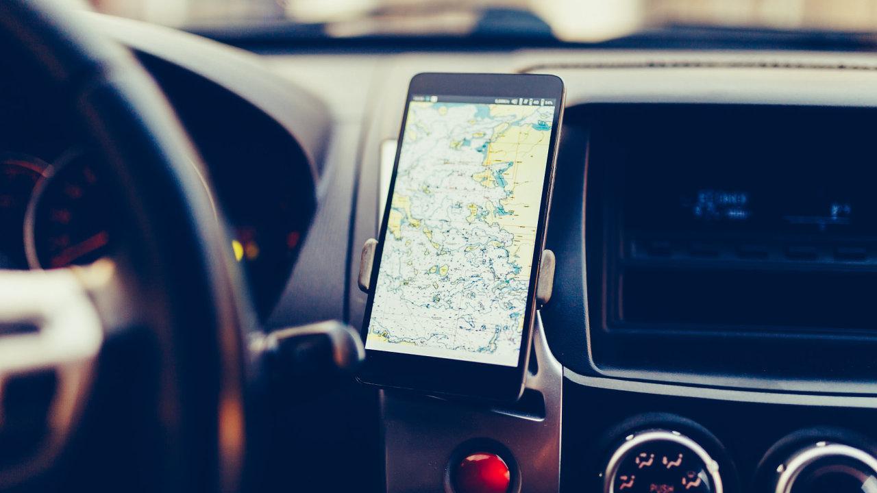 Jede-li tento řidič podle navigace v Evropě, navádí ho nejspíš systém Galileo nebo americká GPS.