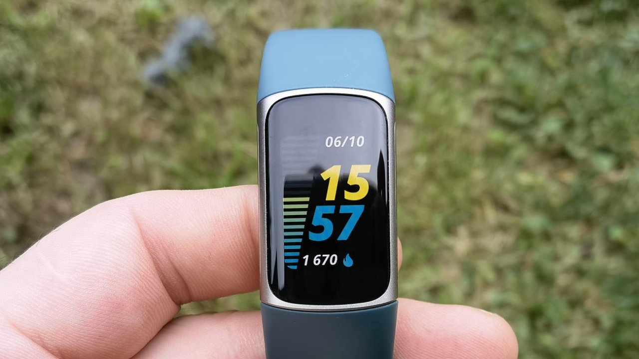 Fitbit Charge získal jasnější obrazovku a funkci stále zapnutého displeje, hlavní jsou však data o kondici uživatele.