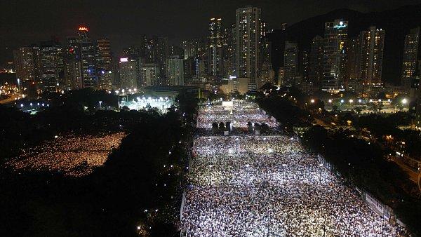 23. výročí masakru na náměstí Nebeského klidu - Desítky tisíc lidí se v pondělí sešly v hongkongském Victoria Parku.