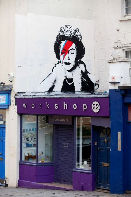 Banksy vzdává hold královně