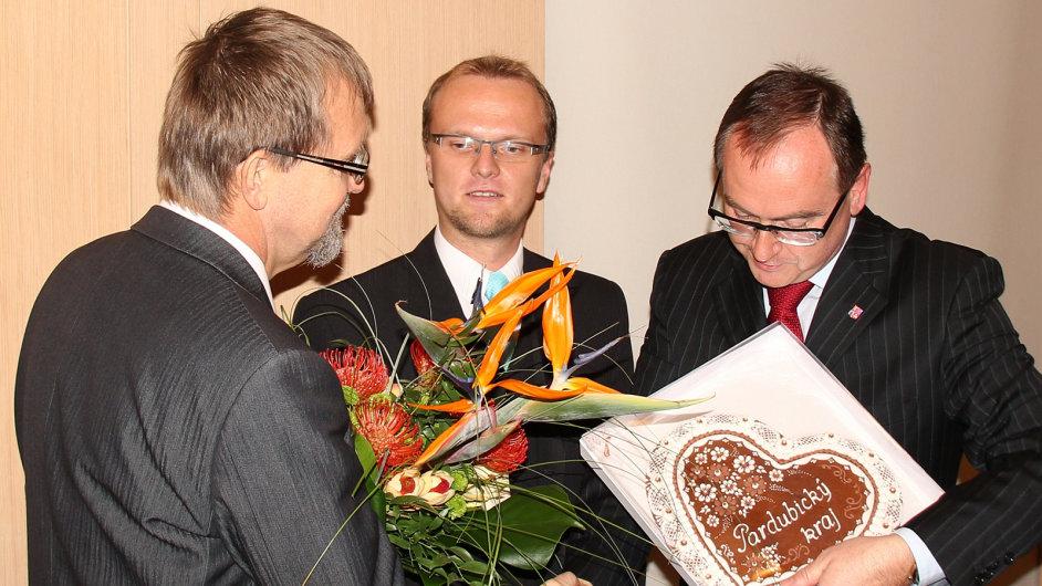 Hejtman Martin Netolický (uprostřed) a jeho náměstek Roman Línek (vpravo) sedí v pěti dozorčích radách
