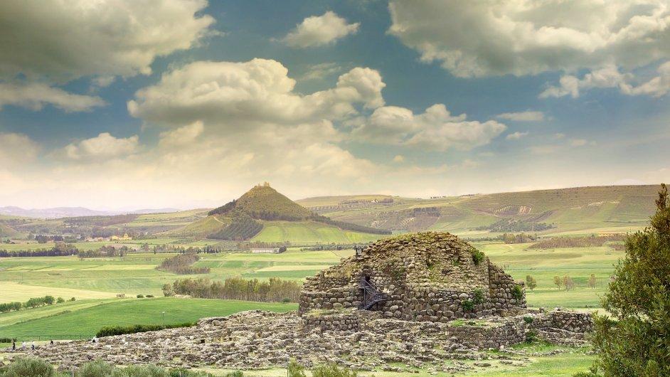 Tajemnou auru odlehlého a svébytného ostrova zvýrazňuje na Sardinii množství velmi starých kamenných staveb kónického tvaru, tzv. nuraghů.