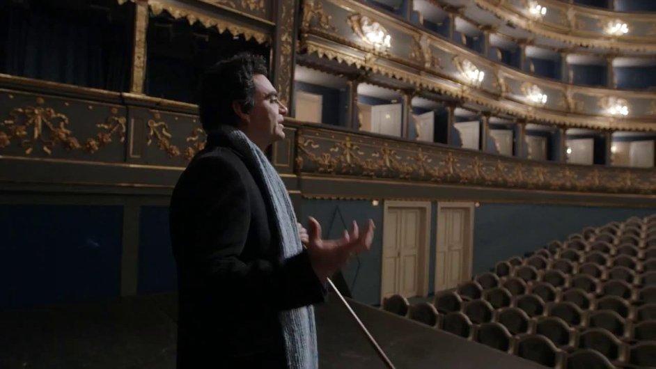 Snímkem, který se odehrává převážně ve Stavovském divadle, provázel slavný mexický tenorista Rolando Villazón.