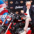 Autor komiks� Stan Lee na premi��e Avengers. Leeovi je nyn� 91 let.