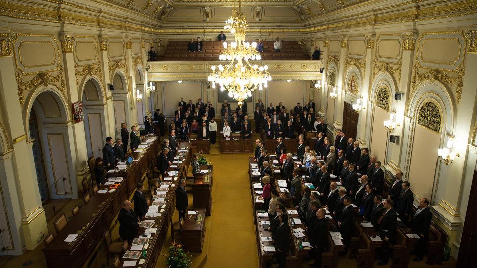 Poslanci schválili služební zákon. Nyní poputuje do Senátu.