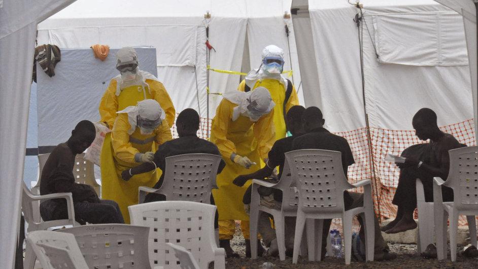 Lékaři zasahují proti ebole v Libérii.