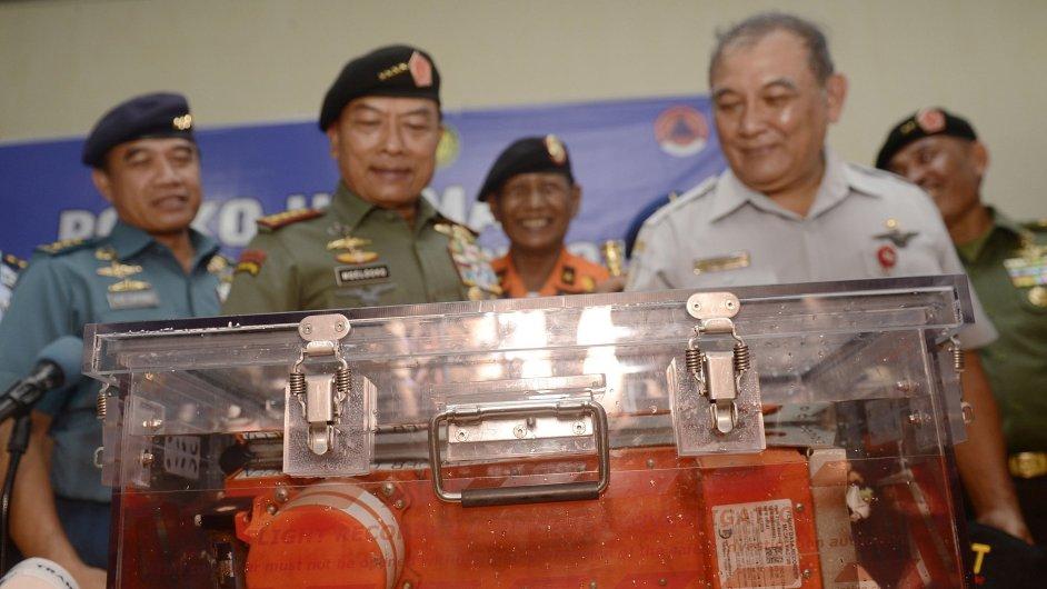 Indonéští úředníci s černou skříňkou 12. ledna