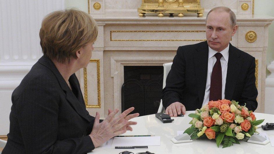 Angela Merkelová a Vladimir Putin u kulatého stolu